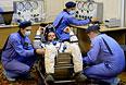 Член основного экипажа 40/41 экспедиций на МКС астронавт НАСА Рид Вайзман (в центре).