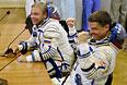 """Члены основного экипажа 40/41 экспедиций на МКС космонавт Роскосмоса Максим Сураев (слева) и астронавт НАСА Рид Вайзман перед запуском ракеты-носителя """"Союз-ФГ"""" с космодрома """"Байконур""""."""