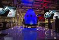 Космический корабль Dragon V2 во время презентации в Калифорнии.