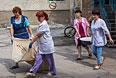 Работники больницы убирают последствия разрушений от попадания снаряда в здание больницы в Славянске во время обстрела украинскими силовиками жилых районов города.