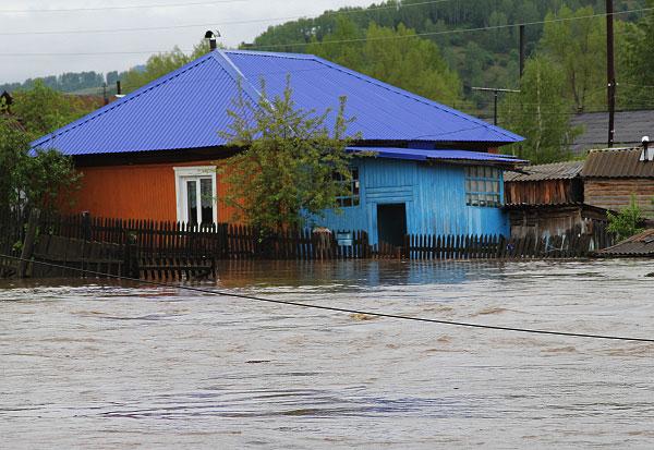 Алтай. Подтопленный дом. Проливные дожди привели к выходу из берегов рек Бия, Катунь, Ануй, Чарыш, Майма.