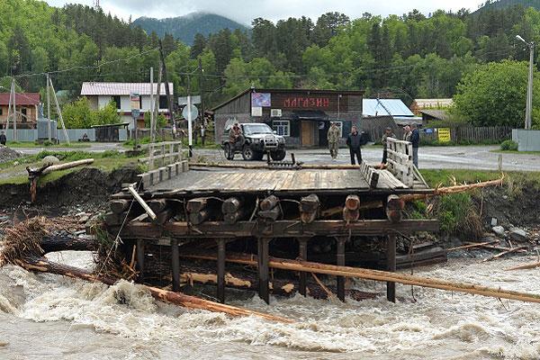 У разрушенного паводком моста на реке Чемалка в селе Чемал.