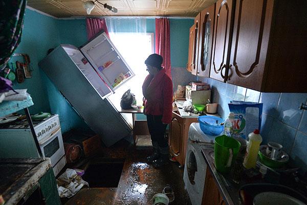 Жительница села Майма в доме, который был ранее затоплен паводком. Уровень воды в Катуни понизился, и вода ушла с затопленных участков.