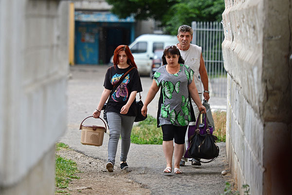 Жители покидают свои дома в микрорайоне Мирный на окраине Луганска из-за интенсивных боев ополченцев с погранвойсками Украины.
