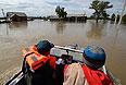 Спасатели на моторном катере обследуют затопленное село Усть-Чарыш.