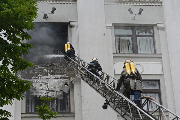 Пожарные работают в здании обладминистрации в Луганске.