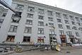 Здание обладминистрации в Луганске, в котором начался сильный пожар после авиаатаки.