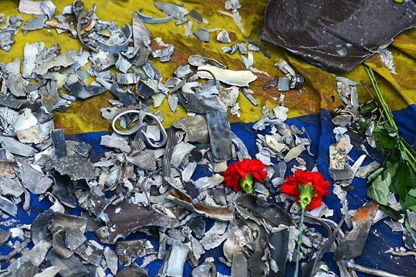 Осколки разорвавшихся боеприпасов у здания областной администрации в Луганске.