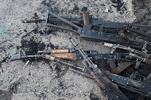 Оружие на территории военной части внутренних войск в Луганске, взятой под контроль ополченцами после ночного боя.