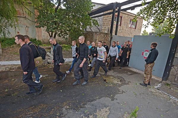 Солдаты внутренних войск покидают военную часть в Луганске, взятую под контроль ополченцами после ночного боя.