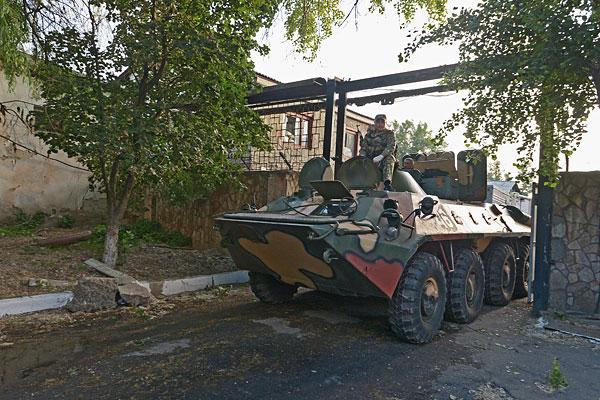 Бронетранспортер, захваченный ополченцами во время боя на территории военной части внутренних войск в Луганске.