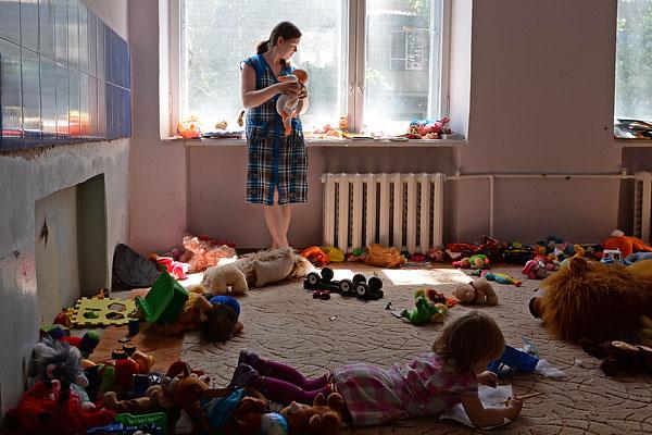 Беженцы из Славянска, размещенные в одном из общежитий города Иловайск Донецкой области.