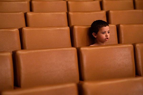 Ребенок из семьи беженцев из Славянска, размещенных в одном из общежитий города Иловайск Донецкой области, на детском представлении в городском Доме культуры.