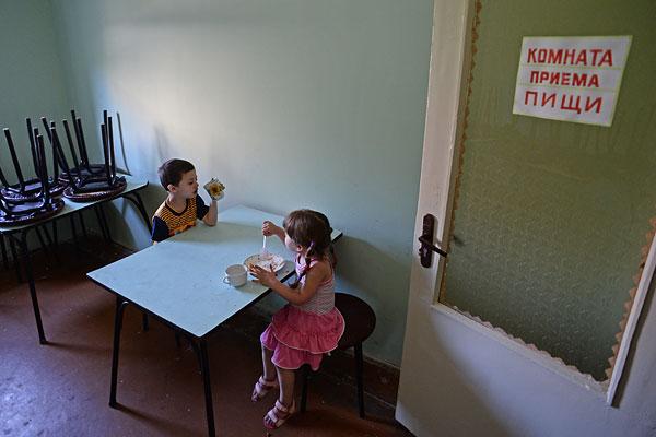 Дети из Славянска, размещенные в одном из общежитий города Иловайск Донецкой области.