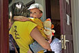 """Женщина с ребенком у входа в медицинский кабинет оздоровительного центра """"Дмитриадовский"""" в Ростовской области."""