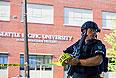 Известно, что первого подозреваемого схватили и обезоружили студенты. Они отняли у стрелка дробовик и удерживали его до прибытия полиции.