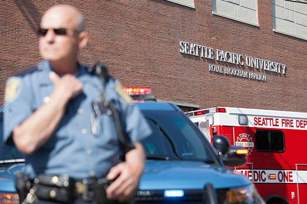 Оцепление перед зданием Тихоокенского университета Сиэтла.