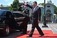 Президент Украины Петр Порошенко у автомобиля после церемонии инаугурации.