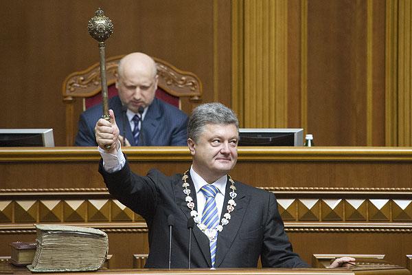 Президенту также были вручены регалии главы государства — булава, гербовая печать и знак в виде орденской цепи.