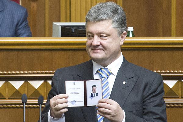 Порошенко демонстрирует удостоверение президента.