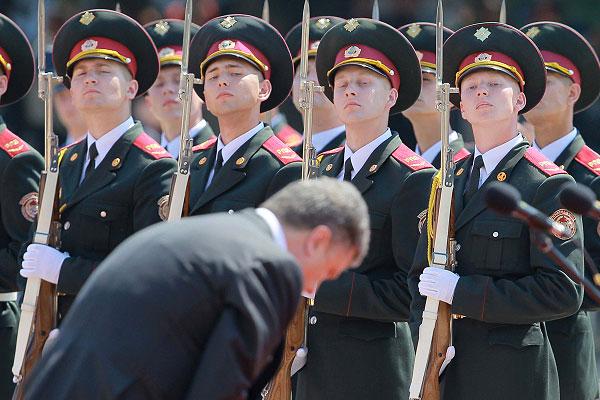 Президент Украины Петр Порошенко после инаугурации в Верховной Раде прибыл на Софийскую площадь в Киеве, где его приветствовали военнослужащие личного состава всех родов войск.
