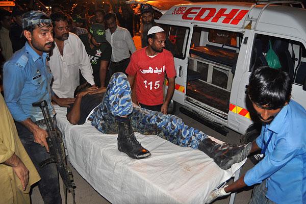 Сотрудники службы безопасности аэропорта несут на носилках раненного коллегу.