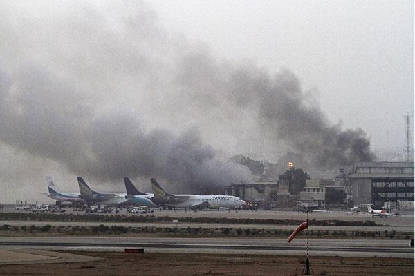 Клубы дыма над международным аэропортом Джинна в Карачи.