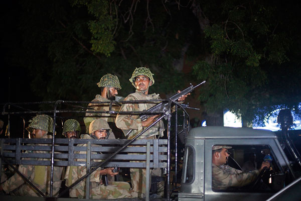 Солдаты пакистанской армии прибывают в международный Карачи.