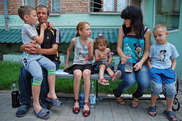 Семья с юго-востока Украины ожидает получения свидетельства о временном убежище и статусе беженца возле отделения Федеральной миграционной службы в Белгороде.