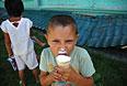 Мальчик из семьи с юго-востока Украины, которая ожидает получения свидетельства о временном убежище и статусе беженца.