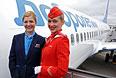 """Сотрудницы """"Аэрофлота"""" на трапе у лайнера компании """"Добролет"""" в аэропорту """"Шереметьево""""."""