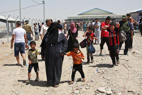 Иракские беженцы на контрольно-пропускном пункте, расположенном на границе Ирака и автономного Курдистана.