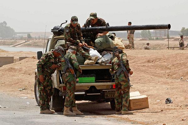 Члены сил безопасности Курдистана. По распоряжению властей Курдистана, в Дохуке готовят лагеря для беженцев из Мосула.