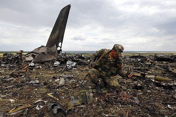 На борту сбитого под Луганском Ил-76 находились 40 украинских десантников и девять членов экипажа. Все они погибли.