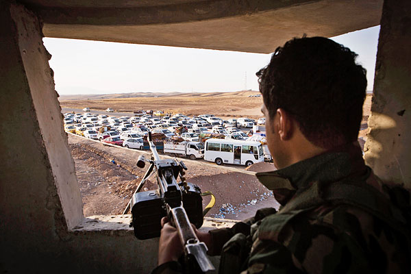 Беженцы из Мосула приезжают во временный лагерь на окраине столицы Иракского Курдистана.