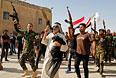 Волонтеры, присоединившиеся к иракской армии для борьбы с боевиками, на улице Багдада.