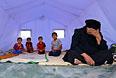 Семья беженцев из Мосула в лагере для вынужденных переселенцев на окраине Эрбиля.