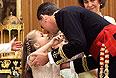 Филипп VI целует свою дочь принцессу Астурийскую Леонор.