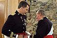 Согласно принятому на этой неделе закону, принц Филипп стал королем Испании в полночь четверга: именно в этот момент подписанный его отцом Хуаном Карлосом I документ об отречении от престола вступил в силу.