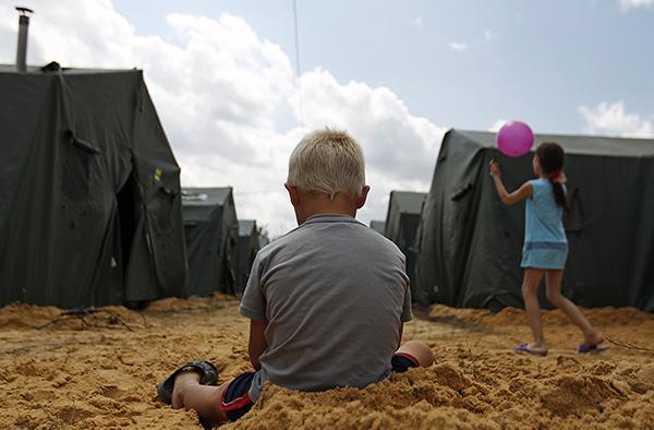 Дети играют в лагере для беженцев. В Ростовскую область продолжают прибывать граждане Украины, которых размещают в пунктах временного размещения на территории региона.