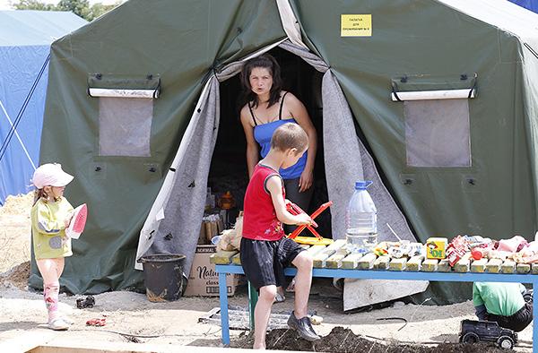 Администрация Ростовской области выделила 240 миллионов рублей для решения проблем украинских беженцев. Их расходование проконтролирует специально созданная общественная комиссия, сообщил журналистам губернатор региона Василий Голубев.