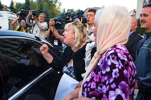 Жители Донецка и журналисты провожают участников переговоров.