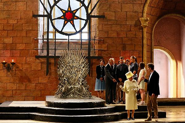 """""""Она все время говорила о том, что трон выглядит очень неудобным. Это было забавно"""", - рассказала Associated Press 17-летняя актриса Мэйси Уильямс, которая исполняет в сериале роль Арьи Старк."""