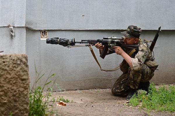 """Боец """"народного ополчения"""" во время боя с силами Национальной гвардии Украины на улицах Луганска."""