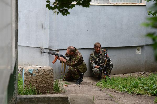 Ополченцы на улицах Луганска.