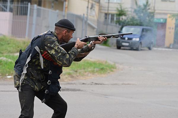Боевик во время перестрелки в Луганске.