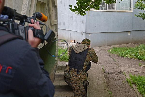 """Бойцы """"народного ополчения"""" на улицах Луганска."""