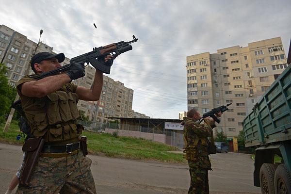 Бойцы вооруженных формирований ЛНР во время боя с силами Национальной гвардии Украины на улицах Луганска.