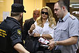 Евгения Васильева проходит в здание суда.