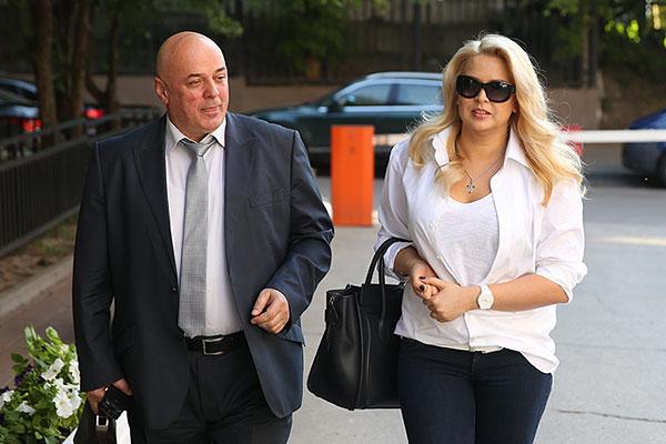 Васильева и ее адвокат Хасан-али Бороков перед входом в здание Пресненского суда.
